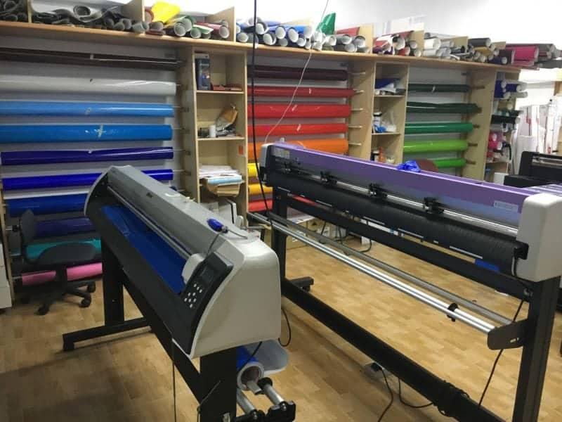 plotter y cortadora en fabrica de rotulos keos